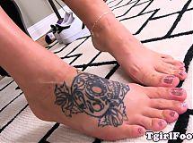 Feet massaging tranny stretches her feet